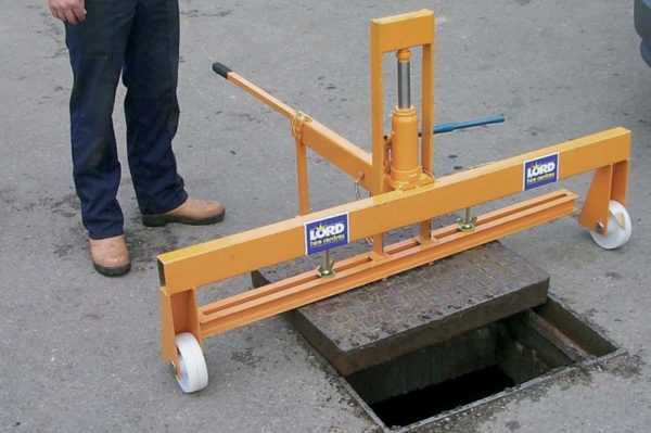 HYDRAULIC MANHOLE COVER LIFTERS